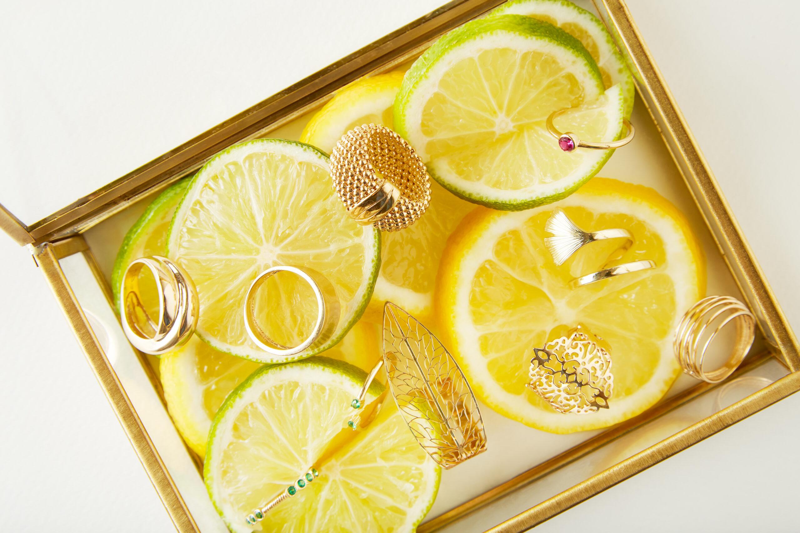 Aranjament cutie cu felii de lămâi și diferite modele de inele din aur Lemons and Gin