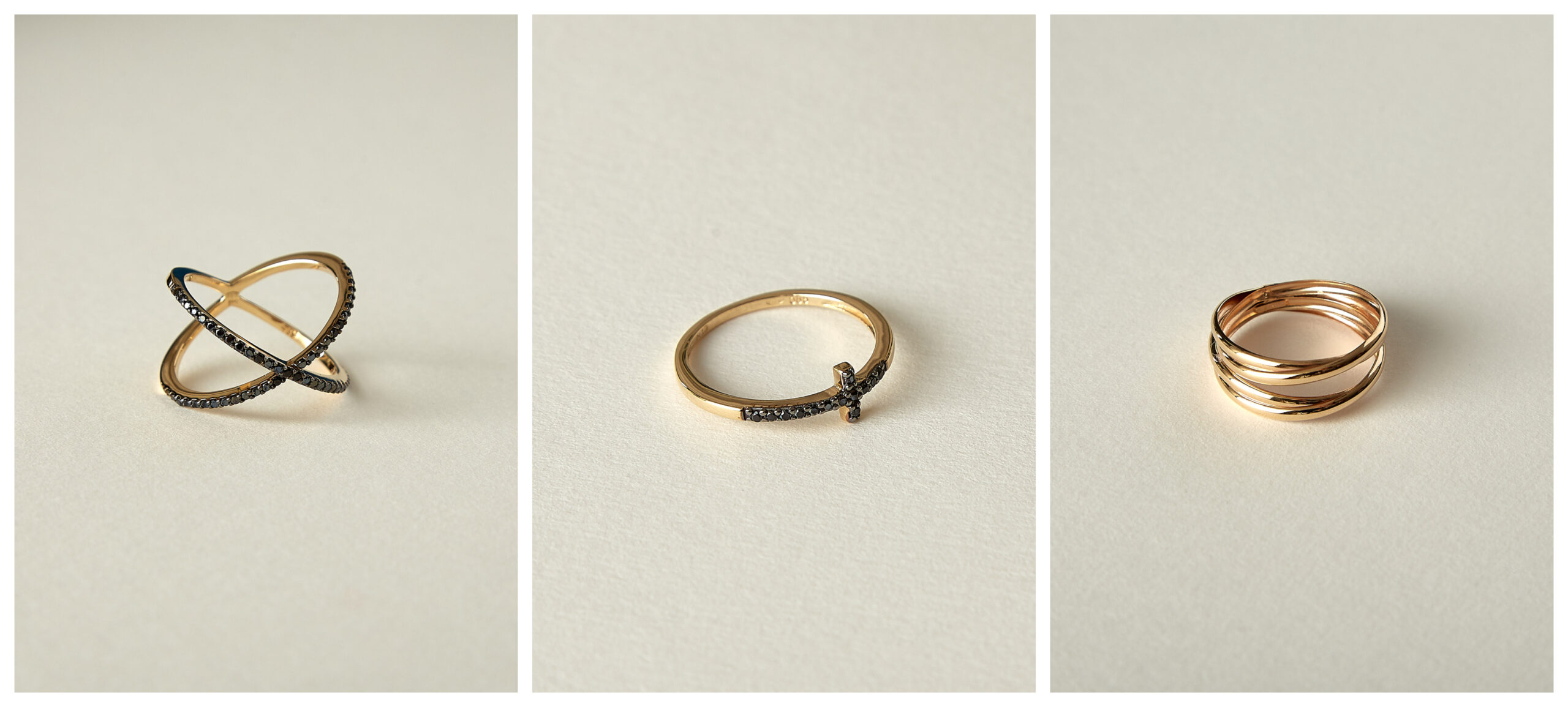 Colaj modele inele din aur minimaliste și abstracte pe fundal bej