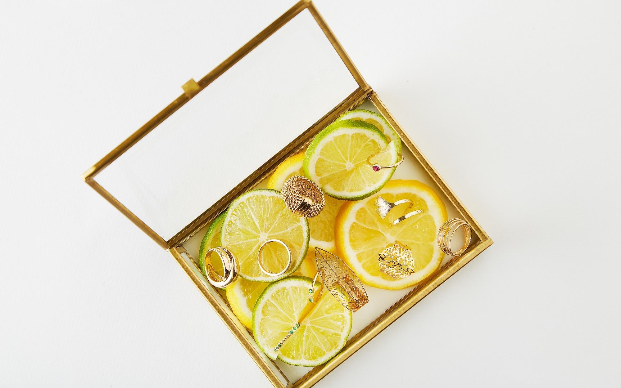 Cutie de bijuterii cu felii de lamaie si inele diferite